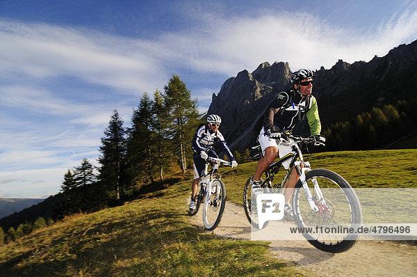 Mountain bikers at the Croda Rossa  Sexten  Alta Pusteria  South Tyrol  Dolomites  Italy  Europe
