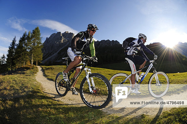 Mountain bikers at the Croda Rossa  Sexten  Alta Pusteria  South Tyrol  Dolomites  Italy  Europe