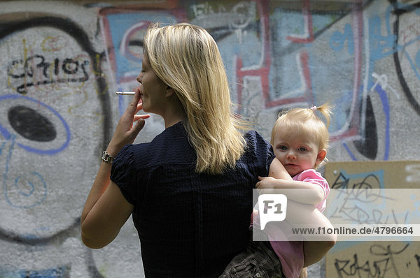 Junge Frau mit Zigarette  Mädchen  2 Jahre