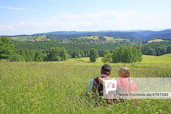 Pärchen genießt den Blick auf St. Andreasberg  Harz  Niedersachsen  Deutschland  Europa