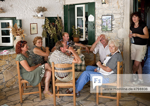 Einheimische in einer Taverne  Paleo Perithia  verlassenes Dorf  Insel Korfu  Nordost-Korfu  Ionische Inseln  Griechenland  Südeuropa  Europa