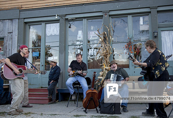 Eine Country-Musik Bluegrass-Band spielt auf der Straße während des Metamora Old Time Music Festival  Metamora  Indiana  USA