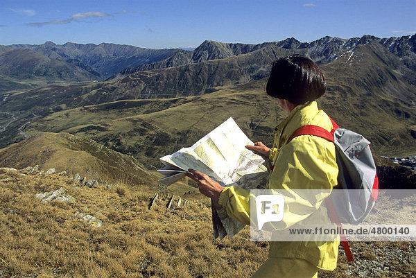Wanderer  Frau  beim Studieren der Karte  Carlit-Massiv  DÈpartement PyrÈnÈes-Orientales  Region Languedoc-Roussillon  östliche Pyrenäen  Frankreich  Europa