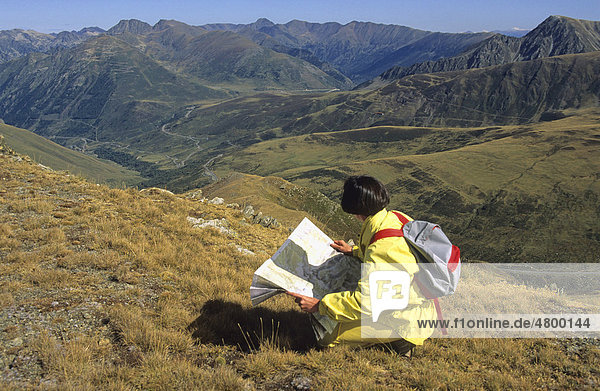 Wanderin schaut auf eine Karte  Pyrenäen  Frankreich  Europa