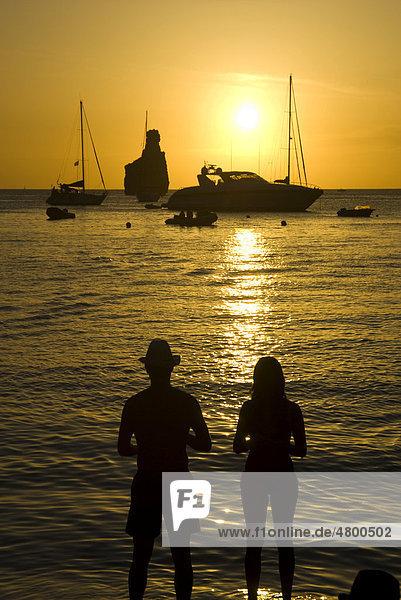 Paar beim Sonnenuntergang in Cala Benirr·s  Ibiza  Spanien  Europa