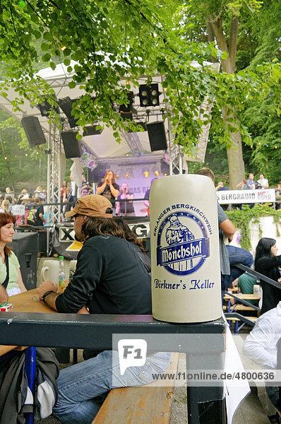 Bierkrug und Live-Musik auf dem Bergkirchweih-Fest  Erlangen  Franken  Bayern  Deutschland  Europa