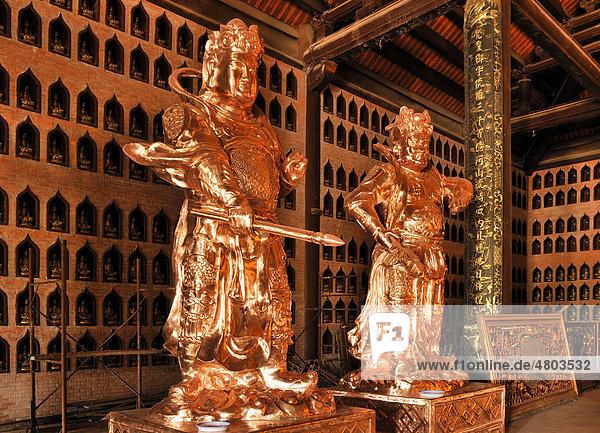 Restaurierte Statuen auf der Baustelle der Pagode Chua Bai Dinh  wird eine der größten Pagoden Südostasiens  bei Ninh Binh  Vietnam  Südostasien