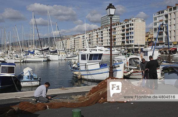 Fischer reparieren ihre Netze am Quai Minerve im Hafen von Toulon  Var  Cote d'Azur  Frankreich  Europa