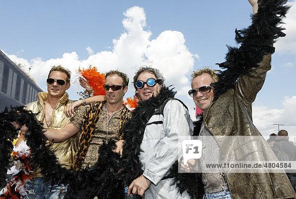 Vier Raver mit Federboa  Loveparade 2010  Duisburg  Nordrhein-Westfalen  Deutschland  Europa