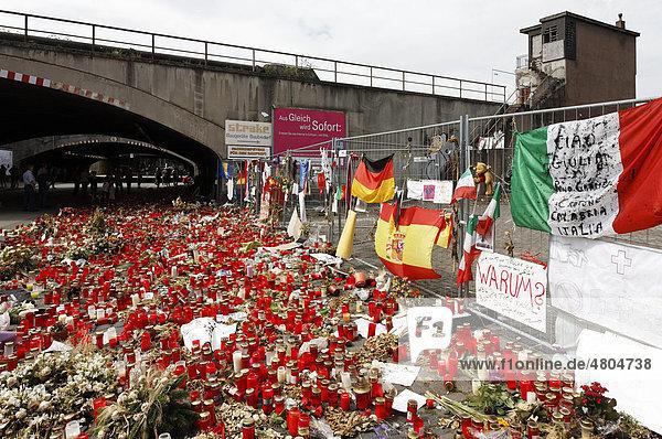 Hunderte Kerzen zum Gedenken der Opfer der Massenpanik auf der Loveparade 2010  Duisburg  Nordrhein-Westfalen  Deutschland  Europa Hunderte Kerzen zum Gedenken der Opfer der Massenpanik auf der Loveparade 2010, Duisburg, Nordrhein-Westfalen, Deutschland, Europa