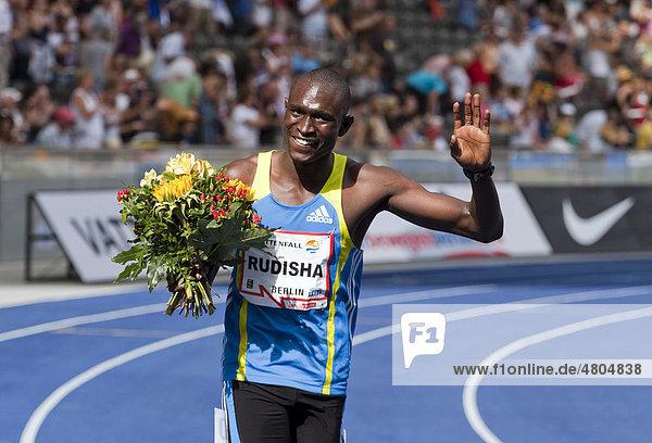 Der Kenianer David Lekuta Rudishabei der Ehrenrunde nach seinem 800 Meter-Weltrekordlauf während des ISTAF 2010  Internationales Stadionfest Berlin im Olympiastadion  Berlin  Deutschland  Europa