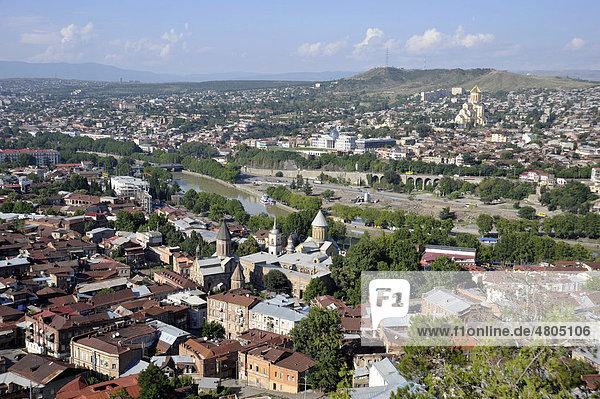 Panorama mit Sioni-Kathedrale und Priester-Seminar  Fluss Mtkwari oder Kura  Präsidentenpalast  Sameba-Kathedrale oder Dreifaltigkeits-Kathedrale  Altstadt Kala  Tiflis  Georgien  Vorderasien