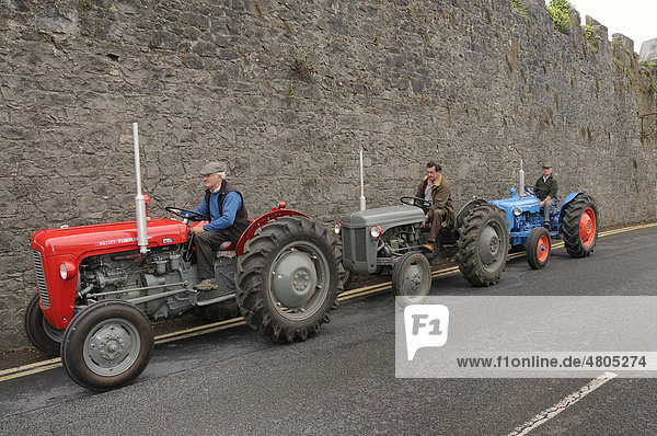 Stadtfest in Birr  Traktoren und Farmer  die an dem Umzug teilnehmen  Birr  County Offaly  Midlands  Republik Irland  Europa