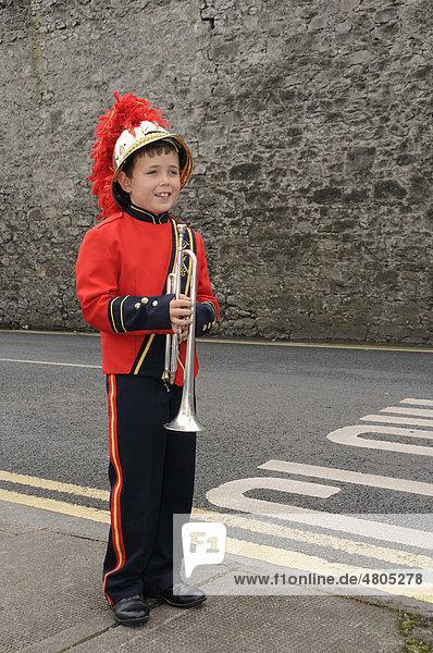 Stadtfest in Birr  Junge einer Musikkapelle die an dem Umzug teilnimmt  Birr  County Offaly  Midlands  Republik Irland  Europa
