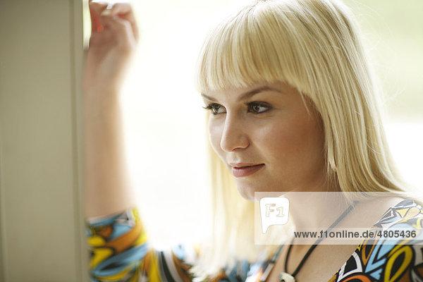Portrait einer zwanzigjährigen blonden Frau