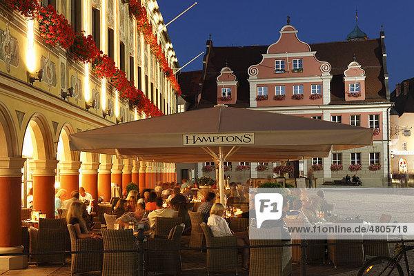 CafÈ Hamptons im Steuerhaus am Marktplatz  hinten Großzunft  Memmingen  Unterallgäu  Allgäu  Schwaben  Bayern  Deutschland  Europa