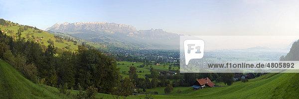 Panoramaaufnahme der Morgendämmerung über dem Alpenrheintal mit der Gemeinde Garbs und dem Bergmassiv des Alpsteins mit Hoher Kasten  Kanton St. Gallen und Appenzell Innerrhoden  Schweiz  Europa