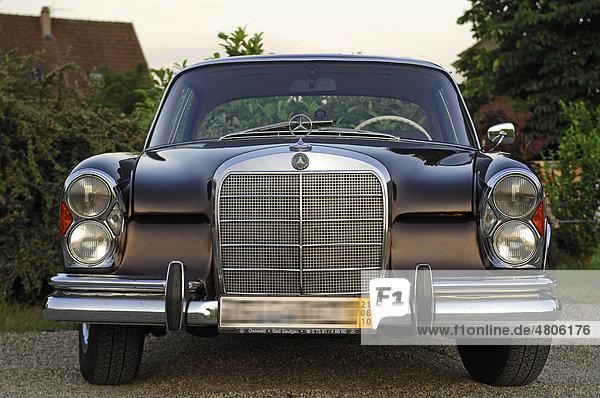 Oldtimer  Frontansicht vom Mercedes 250 SE  Baujahr 1962-65  110 KW  150 PS
