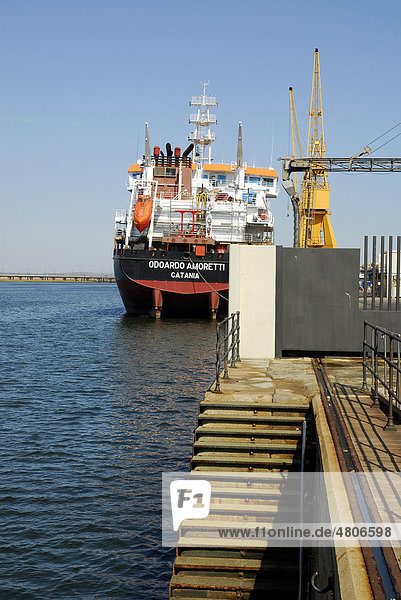 Frachtschiff auf dem Fluß Rio Odiel  im Hafen Puerto de Huelva  Costa de la Luz  Huelva Region  Andalusien  Spanien  Europa