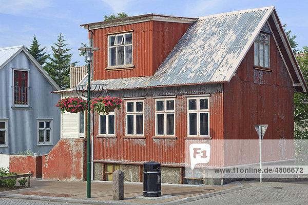 Traditionelles isländisches Wellblechhaus  Reykjavik  Island  Europa