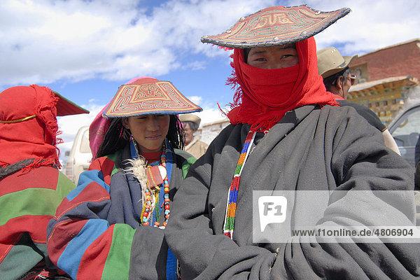 Tibetische Frauen mit traditioneller Kopfbedeckung  Fellmütze und Schirmmützen  einer Pilgergruppe bei einer Pilgerfahrt am See Manasarovar in der näheren Umgebung des heiligen Berges Mount Kailash  oder tibetisch Kang Rinpoche  Provinz Ngari  Westtibet  Himalaya  Tibet  China  Asien