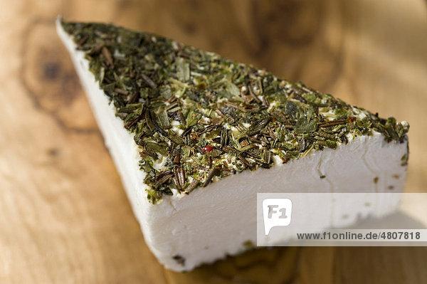 Französischer Ziegenfrischkäse umhüllt von Kräutern der Provence