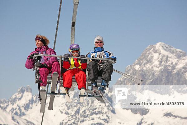 Junge Familie im Sessellift auf die Planai  Dachstein  Alpen  Steiermark  Österreich