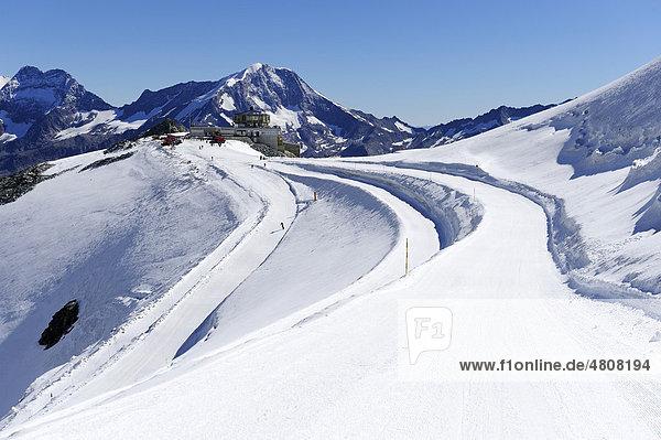 Bergstation Mittelallalin mit Skipiste im Vordergrund  Saas Fee  Wallis  Schweiz  Europa