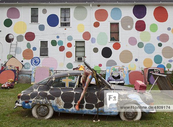Kunstwerk des Heidelberg Projektes  ein Kunst-Projekt im öffentlichen Raum  in einer heruntergekommenen Gegend von Detroit  initiiert vom Künstler Tyree Guyton  Detroit  Michigan  USA  Amerika