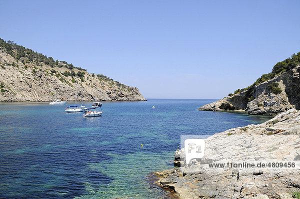 Boote  Bucht  Cala Llonga  Felsenküste  Santa Eularia des Riu  Ibiza  Pityusen  Balearen  Insel  Spanien  Europa