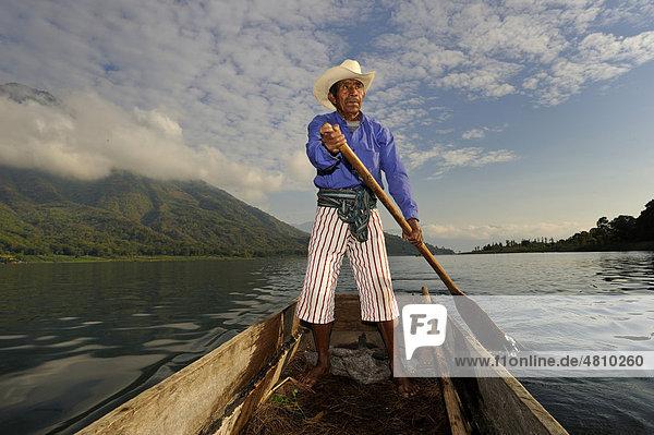 Mann auf Boot  Atitlan See  Vulkan San Pedro  Fischer  Guatemala  Zentralamerika