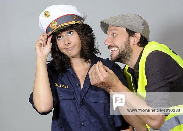 Frau als Polizistin und Mann  Symbolbild Autopanne
