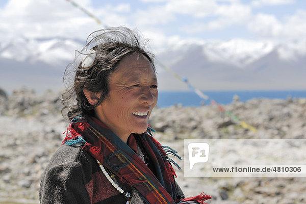 Tibetan woman at Namtso Lake  Heavenly Lake  Tibet  China  Asia