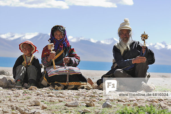 Tibetische Pilger mit Gebetsmühlen am Namtso See  Himmelssee  Tibet  China  Asien