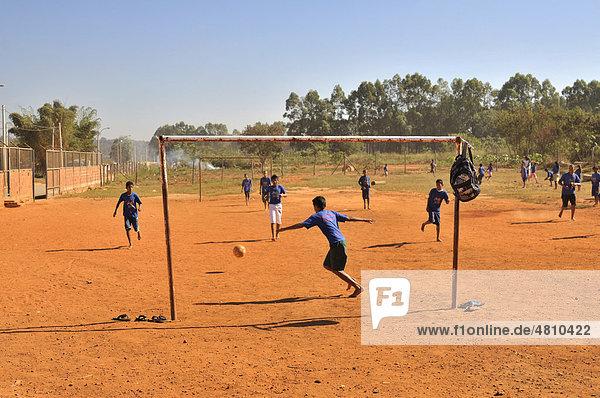 Jungen spielen Fußball  Brasilia  Distrito Federal  Brasilien  Südamerika