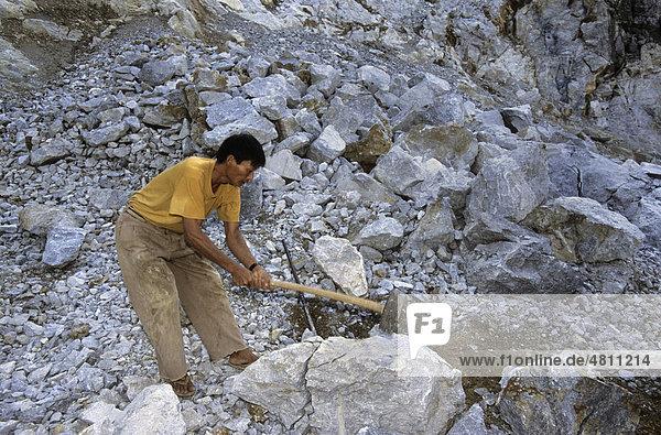 Steinbruch für Karst-Kalkstein  Landschaft wird durch den Abbau für Baumaterial zerstört  Provinz Ninh Binh  Vietnam  Südostasien