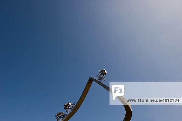 Skulptur Tour de France dans les PyrÈnÈes von Jean-Bertrand MÈtais  an der Autobahnraststätte Pyrenees auf der Autoroute des Deux Mers  Südfrankreich  Frankreich  Europa
