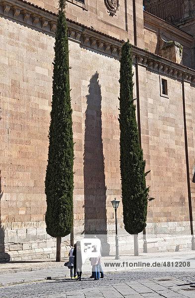 Kirchgänger vor der Kirche ClerecÌa in Salamanca  Altkastilien  Castilla-LeÛn  Spanien  Europa