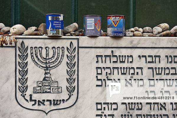 Gedenktafel für die Opfer des Attentats auf die israelische Olympiamannschaft während der Olympischen Spiele 1972 in München  darauf liegend Steine und Erinnerungskerzen  Olympisches Dorf  München  Bayern  Deutschland  Europa