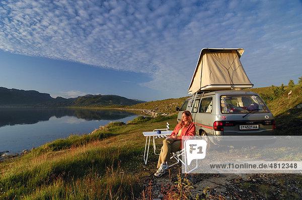 Frau an Übernachtungsplatz in Nordnorwegen  Norwegen  Skandinavien  Europa