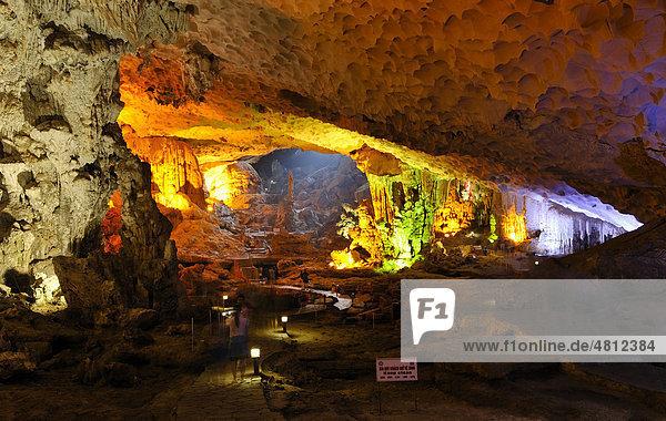Hang Sung Sot Höhle,  Surprise Cave,  Höhle der Ehrfurcht,  Tropfsteinhöhle in der Halong Bucht,  Vietnam,  Südostasien
