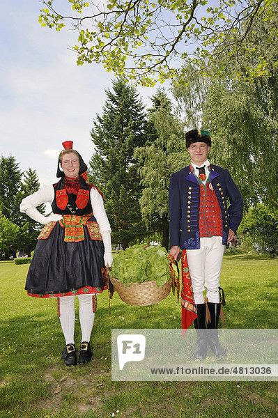 Paar in Schwälmer Tracht tragen einen Korb mit Salat  Salatkirmes  Ziegenhain  Schwalmstadt  Schwalm-Eder-Kreis  Oberhessen  Hessen  Deutschland  Europa