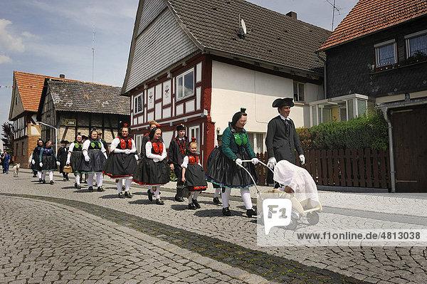 Schwälmer Taufe mit Trachten  Salatkirmes  Ziegenhain  Schwalmstadt  Schwalm-Eder-Kreis  Oberhessen  Hessen  Deutschland  Europa