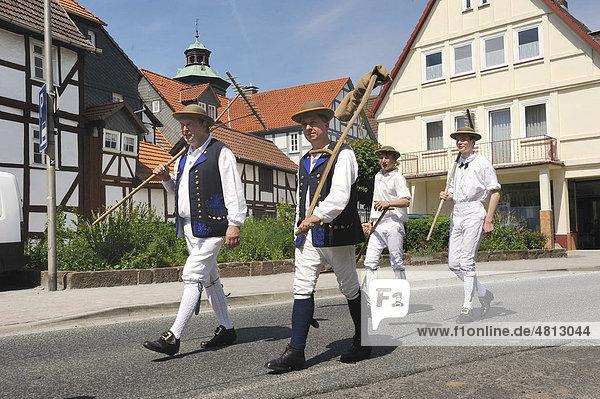 Schwälmer Trachten für die Feldarbeit  Salatkirmes  Ziegenhain  Schwalmstadt  Schwalm-Eder-Kreis  Oberhessen  Hessen  Deutschland  Europa