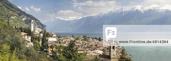Aussicht auf Gargnano vor den schneebedeckten Gipfeln des Monte Baldo  Gardasee  Lombardei  Italien  Europa