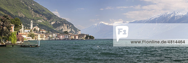 Gargnano am Gardasee vor den schneebedeckten Gipfeln des Monte Baldo  Lombardei  Italien  Europa