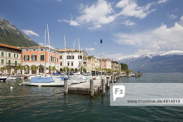 Hafen von Gargnano  hinten der Monte Baldo  Gardasee  Lombardei  Italien  Europa