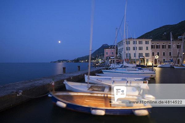 Mond über dem Hafen von Gargnano  Gardasee  Lombardei  Italien  Europa