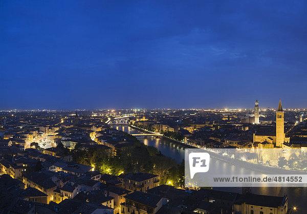 Verona bei Nacht  Venetien  Italien  Europa