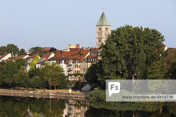 Mainufer und Turm von Heilig-Geist-Kirche  Schweinfurt  Main  Mainfranken  Unterfranken  Franken  Bayern  Deutschland  Europa